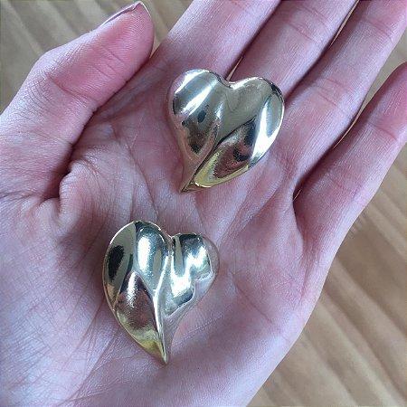 Brinco de coração martelado  dourado
