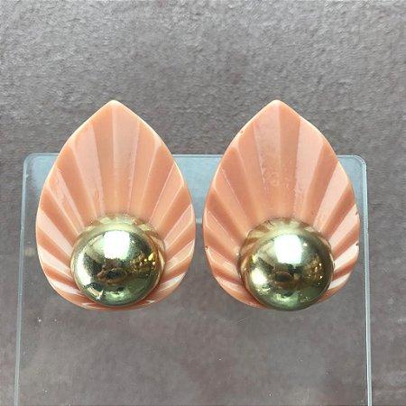 Brinco de Folha de Resina Laranja (coral) com Bola de Metal em Banho Ouro
