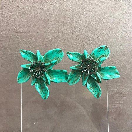 Brinco de Orquídea em Resina Cor Azul Turquesa com Aplicação de Miolo com Strass