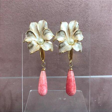 Brinco Flor Esmaltada Pérolada Miolo de Pérola e Pedra Pendurada Rosa
