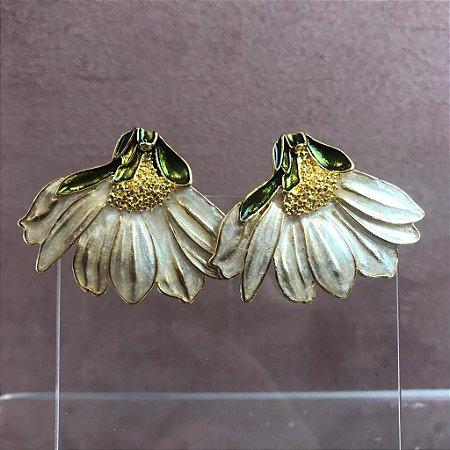 Brinco Margarida em Metal Dourado Esmaltado Pérola