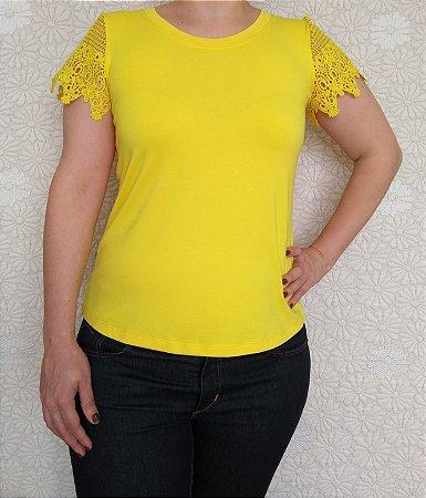 Blusa amarela com manga de renda