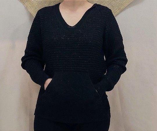 Trico preto com bolso e capuz