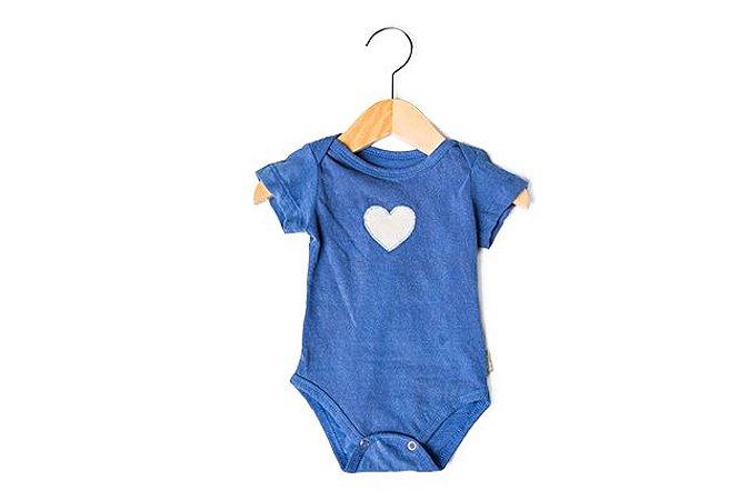Body manga curta azul com coração bege