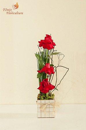 Delicado arranjo de 03 rosas premium