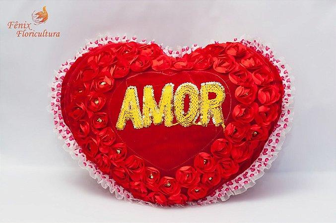 Coração amor com pétalas de rosas