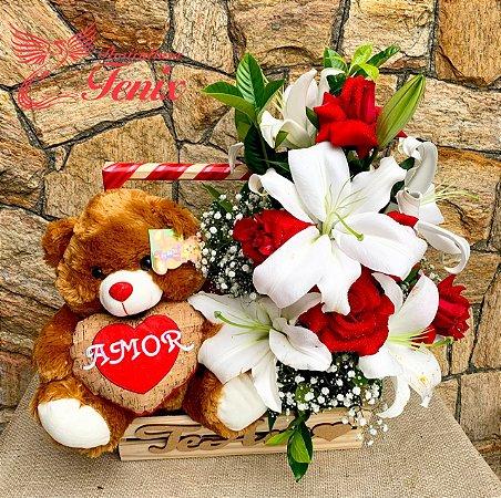 Admirável cesta com arranjo de lírios e rosas