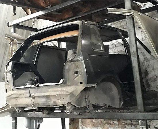 Traseira com teto do Fiat Uno 4 portas