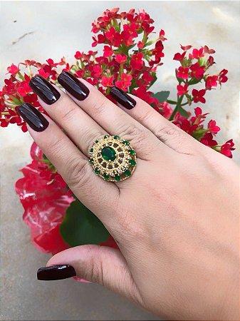Anel cravejado em zircônia verde esmeralda, banhado a ouro 18k, com garantia. TAMANHO 20