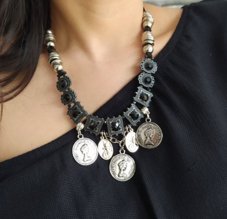 Maxi colar prata velho com cristal preto e moedas pratas