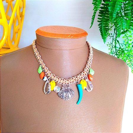 Colar corrente trançada com cordão com pingentes concha, búzio e complementos coloridos