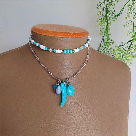 Mix colar cristal com patuás e choker branca com azul