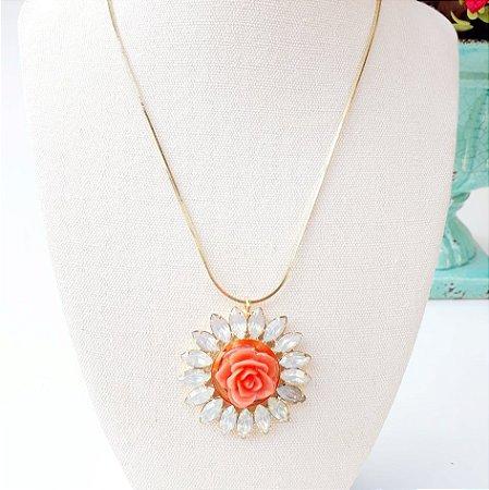 Colar dourado folheado medalhão flor laranja com pedra white opal