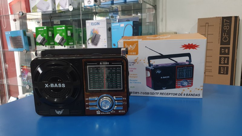 Rádio portátil FM/AM/SW com USB e bateria recarregável