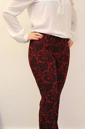 Calça flare vermelho queimado com estampa black hybiscus