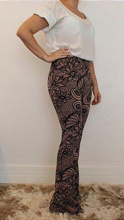 Calça feminina modelagem flare em tecido jacquard e estampa black rose