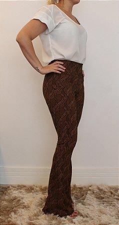 Calça feminina modelagem flare em tecido jacquard caramelo com estampa black square