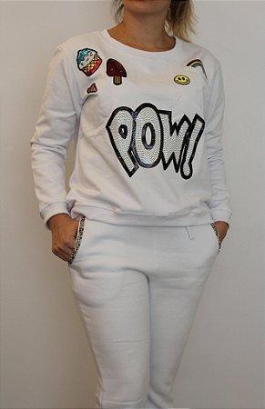 Conjunto de blusa e calça flare de moletom branco com patches . Maravilhoso