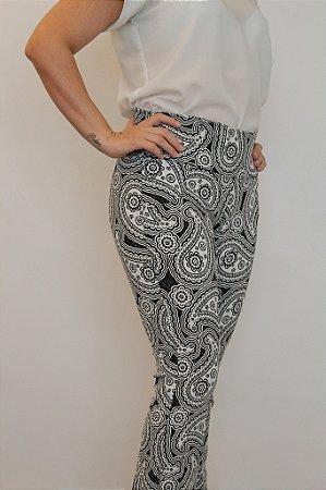 Calça feminina modelagem flare em tecido jacquard preto com estampa fantasy branca