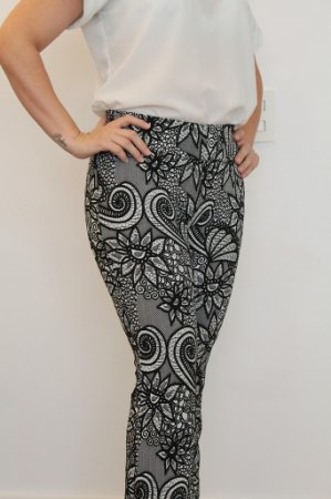 Calça feminina modelagem flare em tecido jacquard grey com estampa dragon flower