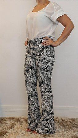 Calça feminina modelagem flare em tecido jacquard e estampa Indian