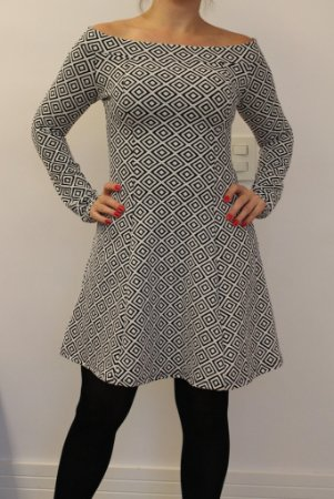 Vestido curto manga longa estampa geométrica preta e branco