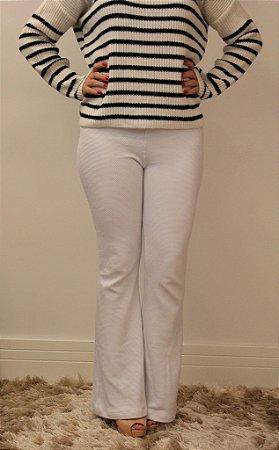Calça feminina modelagem flare em tecido super molinho na cor branca