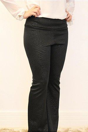 Calça feminina modelagem flare em tecido neoprene com estampa animal print preto