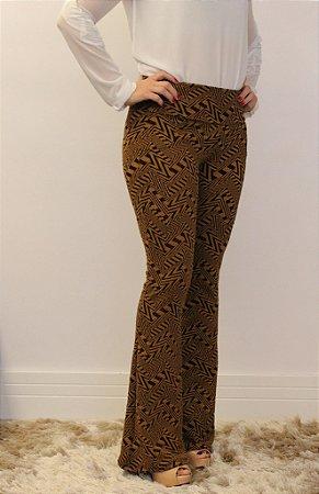 Calça feminina modelagem flare em tecido jacquard caramelo com estampa geométrica