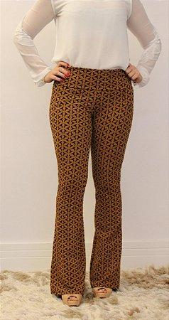 Calça feminina modelagem flare em tecido jacquard caramelo com estampa maravilhosa