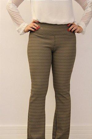 Calça feminina modelagem flare em tecido jacquard com estampa super discreta e linda