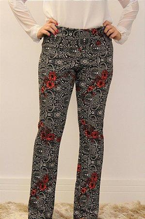 Calça feminina modelagem flare em tecido jacquard preto e branco com flores vermelhas