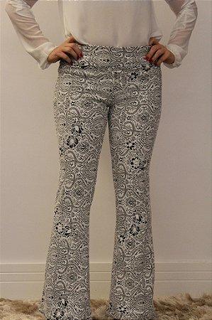 Calça feminina modelagem flare em tecido jacquard branco com estampa linhas finas