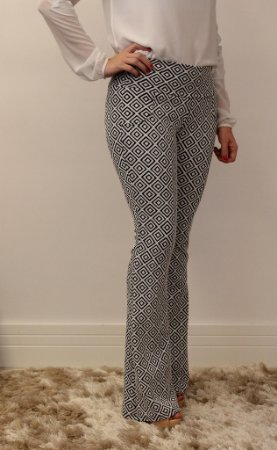 Calça feminina modelagem flare em tecido jacquard branco estampa losangos