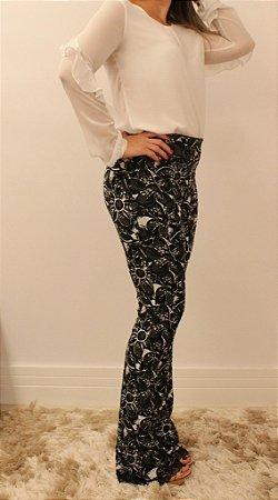 e8f62ae0cdc10b Calça feminina modelagem flare em tecido jacquard com estampa florida e  renda preta na barra
