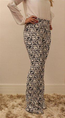bd41018b2 Calça feminina modelagem flare em tecido jacquard com estampa psicodélica  preto e branco