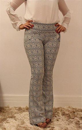 Calça feminina modelagem flare em tecido jacquard com estampa hyst maravilhosa