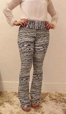 Calça feminina modelagem flare em tecido jacquard branco e preto com estampa rajTrig