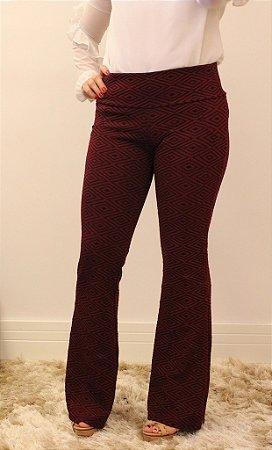 Calça feminina modelagem flare em tecido jacquard marsala com estampa geométrica divina