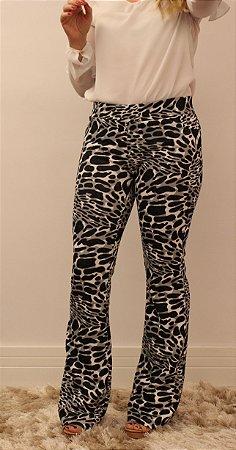 Calça feminina modelagem flare em suplex animal print black and white