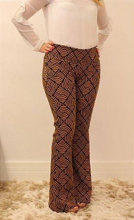 Calça feminina modelagem flare em tecido jacquard caramelo com estampa entrelaçada