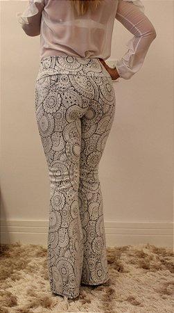 Calça feminina modelagem flare em tecido jacquard com estampa delicada em traços finos