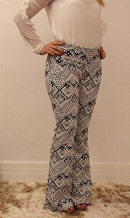 Calça feminina modelagem flare em tecido jacquard offwhite com estampa geométrica tribe