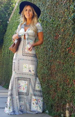 Vestido sereia com estampa delicada em tons cinza