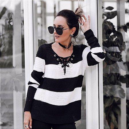 Blusa em tricot preta e offwhite com detalhe em ilhos