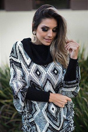 Poncho em tricot com trabalho geométrico preto e branco . Simplesmente maravilhosa