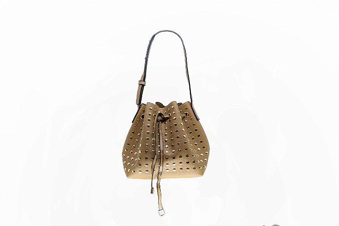 Bolsa saquinho com tachinhas dourada