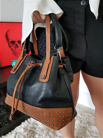 Bolsa preta e caramelo com detalhes em tachas