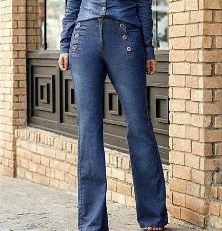 Calça jeans flare com botões frontais
