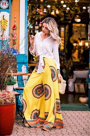 Calça pantalona amarela com abertura lateral